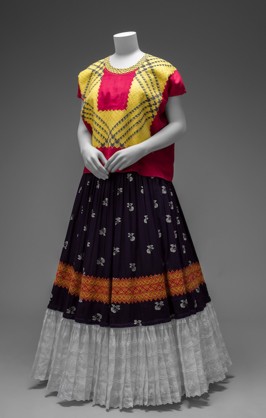 Cotton huipil with machine-embroidered chain stitch; printed cotton skirt with embroidery and holán (ruffle) Museo Frida Kahlo